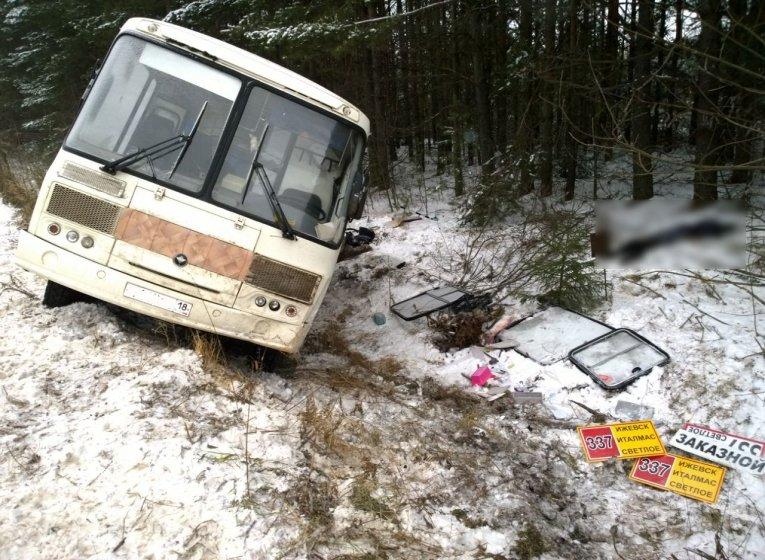 ВВоткинском районе Удмуртии перевернулся автобус, врезультате дорожного происшествия погибла женщина
