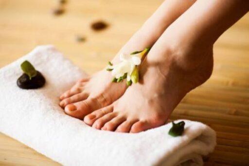 Потеют ноги и неприятный запах. Как избавиться от этого?